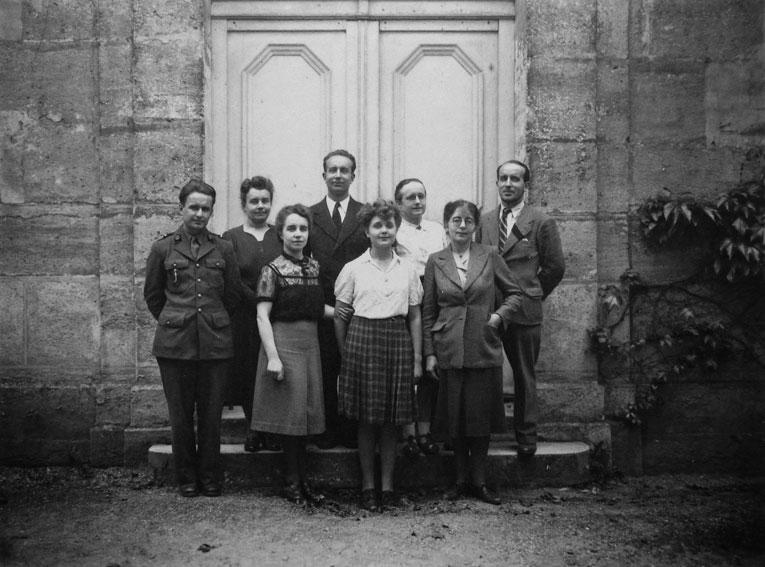 Les-enfants-de-Maurice-Denis-en-deuil-de-leur-pere-devant-la-chapelle-du-Prieure,-1944,-Copyright-Archives-du-Catalogue-raisonne-Maurice-Denis
