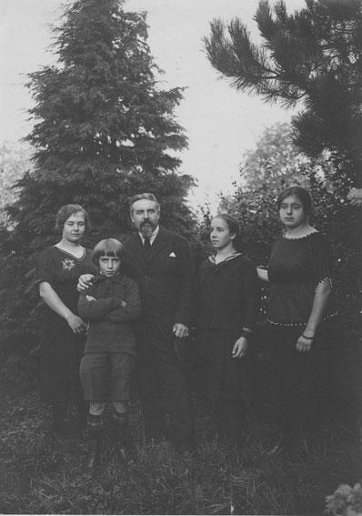 Maurice-Denis-et-quatre-de-ses-enfants-a-Geneve-en-septembre-1920-(Madeleine-a-sa-gauche),-Copyright-Archives-du-Catalogue-raisonne-Maurice-Denis